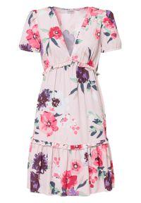 Sukienka z rękawami bufkami i falbanami bonprix pastelowy jasnoróżowy w kwiaty. Kolor: różowy. Wzór: kwiaty. Sezon: lato
