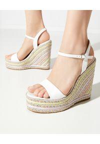 SOPHIA WEBSTER - Sandały na koturnie Lucita. Zapięcie: pasek. Kolor: biały. Materiał: guma, materiał. Wzór: aplikacja, paski. Obcas: na koturnie