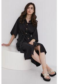 Answear Lab - Sukienka. Kolor: czarny. Materiał: tkanina, lyocell, jedwab, materiał. Długość rękawa: krótki rękaw. Typ sukienki: rozkloszowane. Styl: wakacyjny