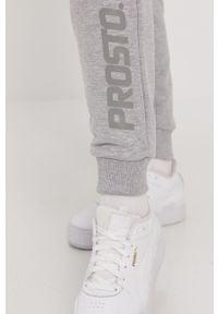 Szare spodnie dresowe Prosto. z nadrukiem