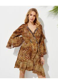Camilla - CAMILLA - Sukienka mini w panterkę Lady Lodge. Kolor: brązowy. Materiał: tkanina, jedwab. Wzór: motyw zwierzęcy. Typ sukienki: asymetryczne, kopertowe, dopasowane. Długość: mini