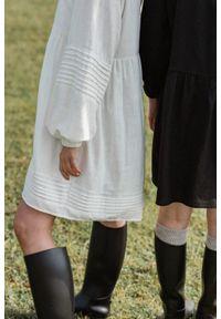 Marsala - Elegancka sukienka oversize z lnu w kolorze ecru - PARMA ECRU BY MARSALA. Typ kołnierza: dekolt w kształcie V. Kolekcja: moda ciążowa. Materiał: len. Typ sukienki: oversize. Styl: elegancki