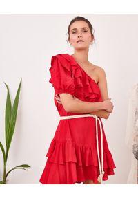 BY CABO - Sukienka mini z falbanami SEVILLE. Kolor: czerwony. Materiał: materiał. Sezon: lato. Typ sukienki: asymetryczne, rozkloszowane. Długość: mini