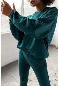 Marsala - Bluza damska bez kaptura kolor BUTELKOWA ZIELEŃ - YOUNG BY MARSALA. Typ kołnierza: bez kaptura. Materiał: dzianina, elastan. Sezon: wiosna, zima, lato, jesień. Styl: klasyczny