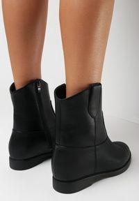 Born2be - Czarne Botki Evamia. Wysokość cholewki: przed kolano. Nosek buta: okrągły. Kolor: czarny. Szerokość cholewki: normalna. Wzór: aplikacja. Sezon: zima. Obcas: na koturnie. Wysokość obcasa: niski
