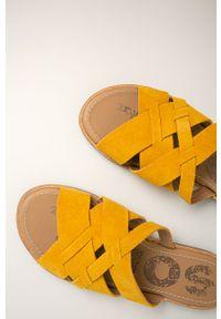 Żółte klapki sorel bez obcasa