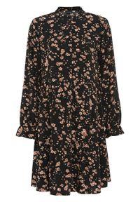 Sukienka koszulowa z nadrukiem bonprix czarny w kwiaty. Typ kołnierza: kołnierzyk stójkowy. Kolor: czarny. Wzór: kwiaty, nadruk. Typ sukienki: koszulowe