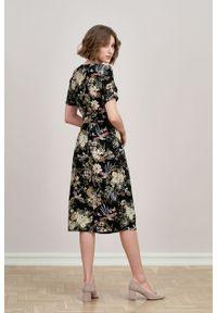 Marie Zélie - Sukienka Irmina Phoenix czarna. Kolor: czarny. Materiał: wiskoza, materiał, tkanina, skóra, poliester. Długość rękawa: krótki rękaw. Wzór: napisy. Typ sukienki: proste, kopertowe