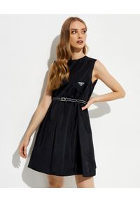 prada - PRADA - Czarna sukienka mini bez rękawów. Kolor: czarny. Materiał: materiał. Długość rękawa: bez rękawów. Typ sukienki: rozkloszowane. Długość: mini