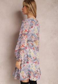 Renee - Jasnofioletowa Sukienka Neraphine. Kolor: fioletowy. Materiał: poliester. Długość rękawa: długi rękaw. Wzór: kwiaty, nadruk. Typ sukienki: kopertowe. Długość: mini