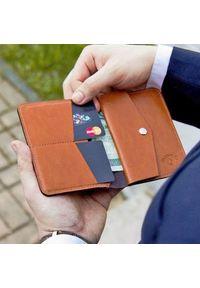 Solier - Skórzany cienki portfel męski z bilonówką SOLIER SW15 SLIM jasny brąz. Kolor: brązowy. Materiał: skóra