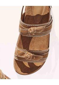 ALEXANDRE BIRMAN - Brązowe sandały Clarita. Nosek buta: okrągły. Zapięcie: pasek. Kolor: brązowy. Materiał: zamsz, jeans. Wzór: paski. Styl: sportowy