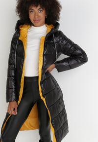 Born2be - Czarna Kurtka Simorus. Kolor: czarny. Materiał: tkanina. Długość: długie. Wzór: aplikacja