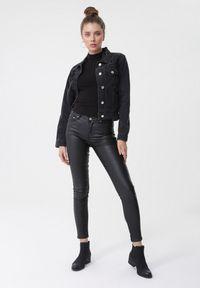Born2be - Czarna Kurtka Jeansowa Plumeris. Typ kołnierza: kołnierzyk klasyczny. Kolor: czarny. Materiał: jeans. Długość rękawa: długi rękaw. Długość: krótkie. Styl: klasyczny