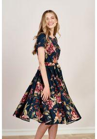 Marie Zélie - Sukienka Alana Dicentra. Typ kołnierza: kokarda. Materiał: bawełna, skóra, materiał, elastan. Długość rękawa: krótki rękaw. Styl: wizytowy, elegancki