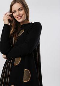Born2be - Czarna Sukienka Dzianinowa Wheatgaze. Kolor: czarny. Materiał: dzianina. Długość rękawa: długi rękaw. Wzór: grochy, prążki. Styl: elegancki. Długość: mini