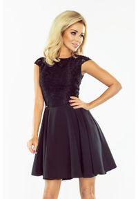 Czarna sukienka wizytowa Numoco elegancka, w koronkowe wzory