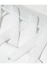 RENE CAOVILLA - Białe sneakersy Xtra z fioletowymi kryształami. Nosek buta: okrągły. Kolor: biały. Materiał: guma. Wzór: napisy, aplikacja #3