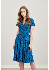 Marie Zélie - Sukienka Larissa ciemnoniebieska w kropki krótki rękaw. Typ kołnierza: dekolt kopertowy. Kolor: niebieski. Materiał: bawełna, dzianina, materiał, elastan, skóra. Długość rękawa: krótki rękaw. Wzór: kropki. Typ sukienki: kopertowe