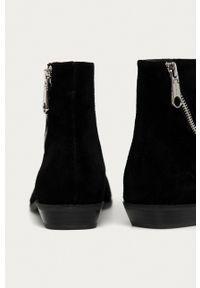 Calvin Klein Jeans - Botki zamszowe. Kolor: czarny. Materiał: zamsz