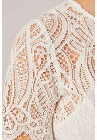 Biała bluzka Morgan w ażurowe wzory, krótka