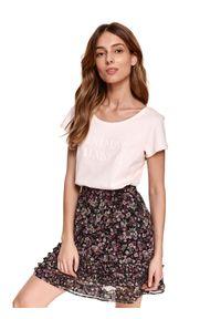 TOP SECRET - T-shirt z nadrukiem. Okazja: na co dzień. Kolor: różowy. Materiał: tkanina, bawełna. Długość rękawa: krótki rękaw. Długość: krótkie. Wzór: nadruk. Sezon: wiosna. Styl: casual