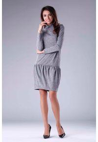 Nommo - Ciemnoszara Dzianinowa Sukienka z Golfem z Obniżoną Talią. Typ kołnierza: golf. Kolor: szary. Materiał: dzianina