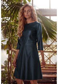 MOE - Rozkloszowana Sukienka z Eko-skóry - Zielona. Kolor: zielony. Materiał: skóra