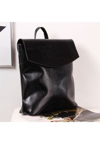Czarny plecak DAN-A elegancki, w kolorowe wzory
