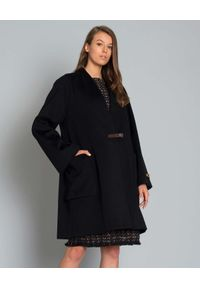 LES COPAINS - Czarny płaszcz z wełny. Kolor: czarny. Materiał: wełna. Długość rękawa: długi rękaw. Długość: długie. Sezon: jesień. Styl: klasyczny