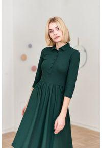 Marie Zélie - Sukienka Polo butelkowa zieleń – marszczona. Okazja: do pracy, na co dzień. Typ kołnierza: polo. Materiał: bawełna, dzianina, materiał. Typ sukienki: proste, sportowe. Styl: wakacyjny, sportowy, klasyczny, casual