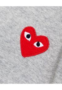 COMME DES GARCONS PLAY - Szara bluza z czerwonymi sercami. Typ kołnierza: kaptur. Kolor: szary. Materiał: dresówka, bawełna, jeans. Długość rękawa: długi rękaw. Długość: długie. Wzór: nadruk. Sezon: jesień #5
