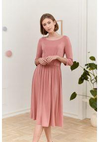Marie Zélie - Sukienka Emelina pudrowy róż. Kolor: różowy. Materiał: wiskoza, dzianina, materiał, elastan, guma. Styl: klasyczny. Długość: midi