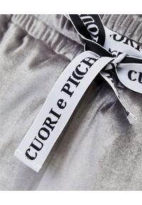 CUORI e PICCHE - Srebrne szorty TRICK z aksamitu. Stan: podwyższony. Kolor: szary. Materiał: guma. Styl: elegancki, sportowy