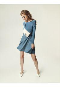 Madnezz - Sukienka Jackie Winter - brudny niebieski. Kolor: niebieski. Materiał: wiskoza, elastan. Sezon: zima. Typ sukienki: dopasowane. Styl: klasyczny, elegancki