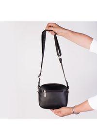 Czarna torebka Arturo Vicci na ramię, klasyczna, z napisami
