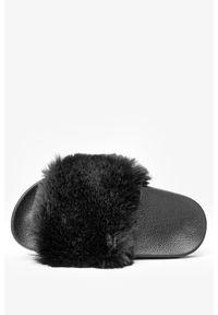 Casu - Czarne klapki z futerkiem casu x-2. Kolor: czarny. Materiał: futro