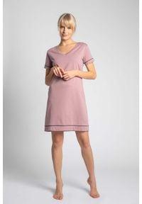 MOE - Koszula Nocna z Atłasową Wypustką - Wrzosowa. Kolor: fioletowy. Materiał: bawełna