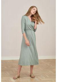 Marie Zélie - Sukienka Rita jasnooliwkowa mikromodal. Typ kołnierza: dekolt kopertowy. Materiał: wiskoza, dzianina, elastan, włókno, skóra. Długość rękawa: krótki rękaw. Typ sukienki: proste, kopertowe