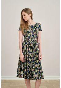 Marie Zélie - Sukienka Emelina Cynarae granatowa krótki rękaw. Kolor: niebieski. Materiał: wiskoza, dzianina, materiał, elastan, tkanina, guma. Długość rękawa: krótki rękaw. Styl: klasyczny. Długość: midi