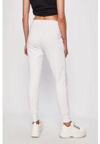 Białe spodnie dresowe Ellesse z nadrukiem