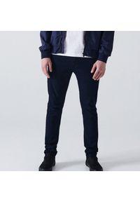 Cropp - Jeansy skinny z efektem sprania - Niebieski. Kolor: niebieski
