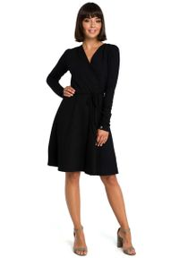 MOE - Czarna Casualowa Rozkloszowana Sukienka z Dekoltem V na Zakładkę. Okazja: na co dzień. Kolor: czarny. Materiał: elastan, bawełna. Styl: casual