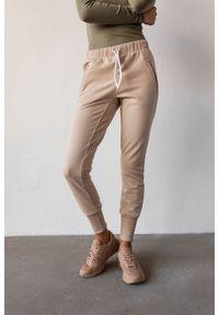 Marsala - Spodnie dresowe w kolorze beżowym - ACTIVE BY MARSALA. Okazja: na co dzień. Kolor: beżowy. Materiał: dresówka. Wzór: melanż. Styl: sportowy, casual