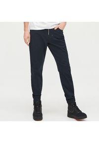 Cropp - Spodnie jogger - Granatowy. Kolor: niebieski