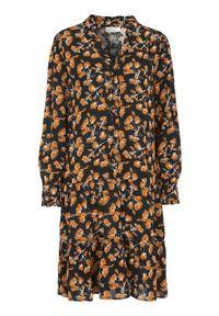 Freequent Wzorzysta sukienka z wiskozy Flura Czarny we wzory female czarny/ze wzorem S (38). Typ kołnierza: dekolt w serek, kołnierzyk stójkowy. Kolor: czarny. Materiał: wiskoza. Długość rękawa: długi rękaw. Wzór: aplikacja. Typ sukienki: oversize