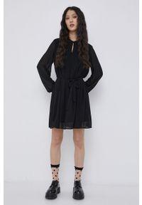 Jacqueline de Yong - Sukienka. Kolor: czarny. Materiał: tkanina. Długość rękawa: długi rękaw. Wzór: gładki. Typ sukienki: rozkloszowane