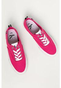 Różowe tenisówki Calvin Klein Jeans z okrągłym noskiem, z cholewką, na obcasie