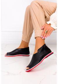 Czarne sandały Casu na zamek