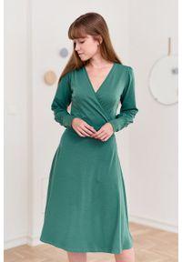 Marie Zélie - Sukienka Caranthir ciemnozielona. Typ kołnierza: dekolt kopertowy. Kolor: zielony. Materiał: bawełna, jersey, dzianina, elastan. Długość rękawa: długi rękaw. Typ sukienki: kopertowe